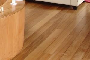 comment entretenir et nettoyer un sol stratifi. Black Bedroom Furniture Sets. Home Design Ideas