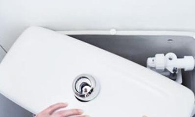Réparer une chasse d'eau qui fuit sans le plombier