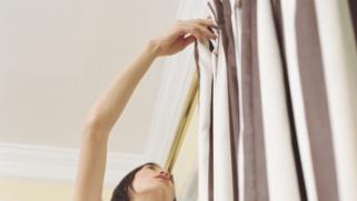 Comment fixer un miroir au mur avec des vis ou des for Poser une tringle a rideaux