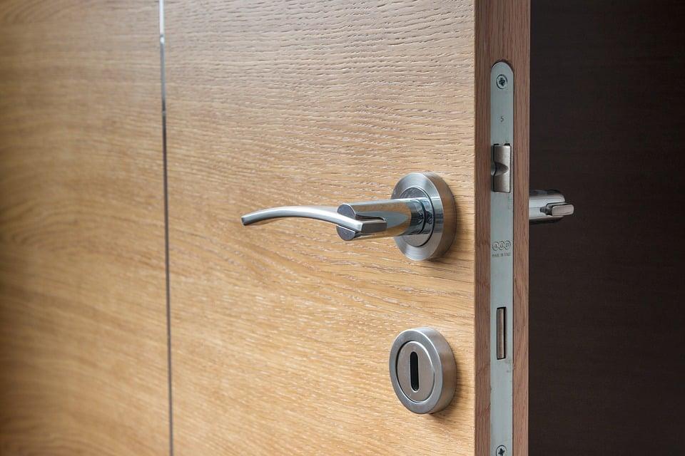 Comment réparer une porte d'entrée qui grince ?