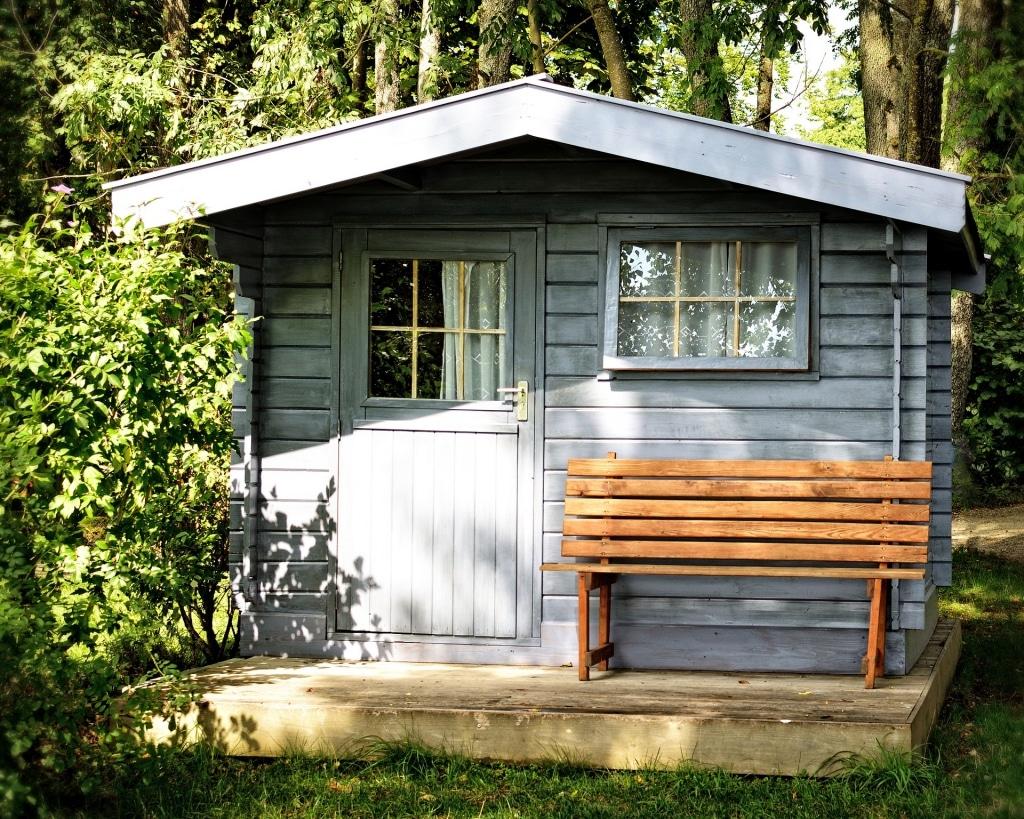 Une jolie cabane de jardin en bois bleu