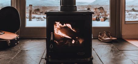 Feu qui brûle dans un poêle à bois un jour d'hiver