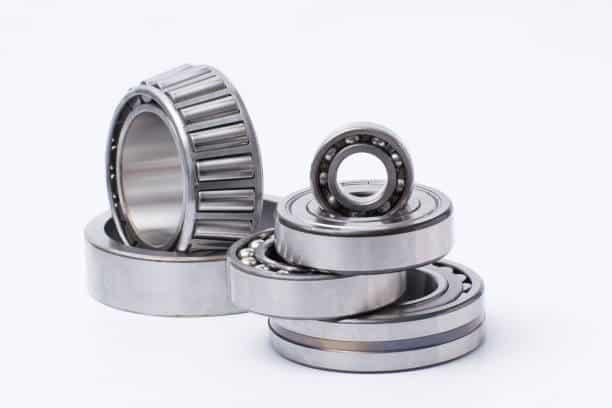 Pièces détachées metalliques sur fond blanc