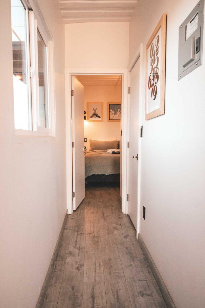 Un parquet gris dans un couloir blanc