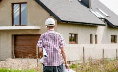 Propriétaire qui organise des travaux de réparation dans sa maison avant de la vendre