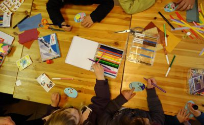 Des enfants qui font des travaux manuels