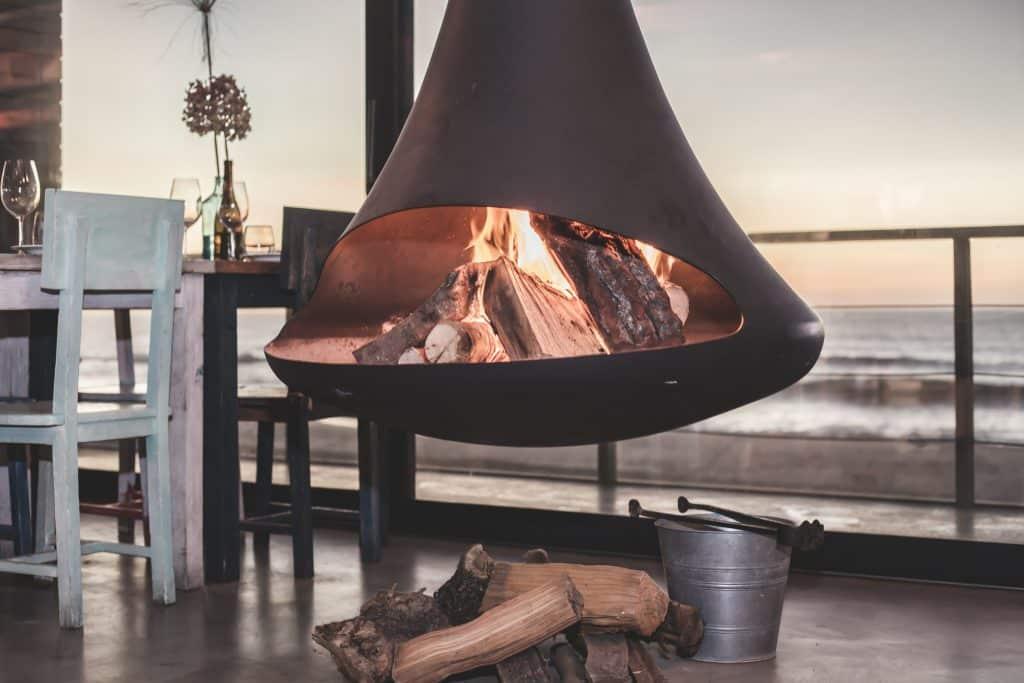 Poêle à bois design dans maison moderne