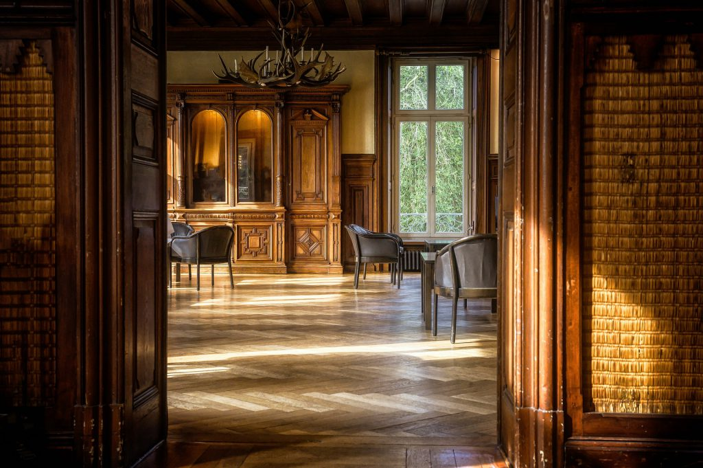 Une salle en bois avec un parquet ancien