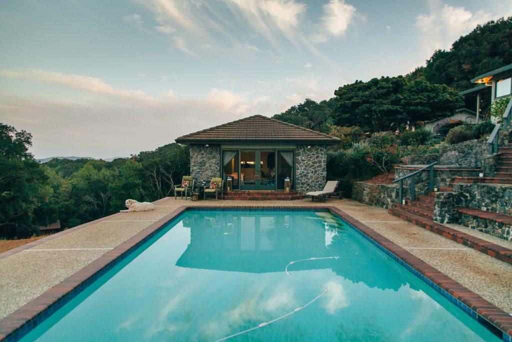 Une piscine dans une villa avec vue