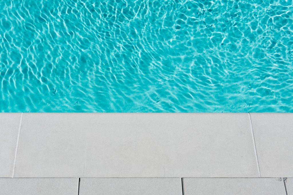 LE bord d'une piscine avec de l'eau propre