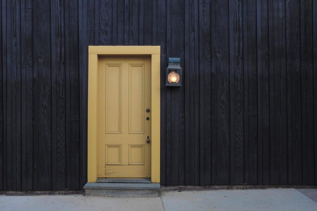 porte d'entrée jaune