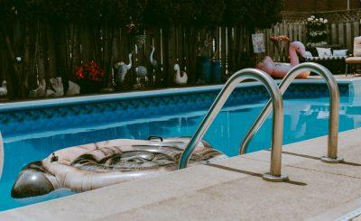 Une piscine avec échelle et bouée