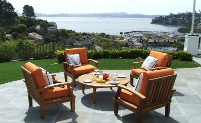 salon de jardin installé sur une terrasse carrelée